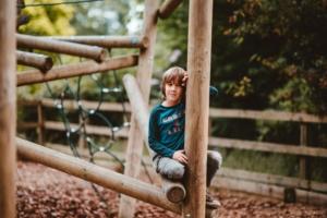 Ansvaret for legepladsen - Dreng på sikker legeredskab