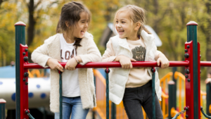 Små piger på legepladsen